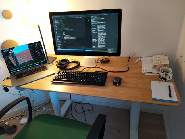 Fra dette hjemmekontoret i Oslo jobber Jan-Erik Carlsen for det amerikanske selskapet GoDaddy. 📸: Privat