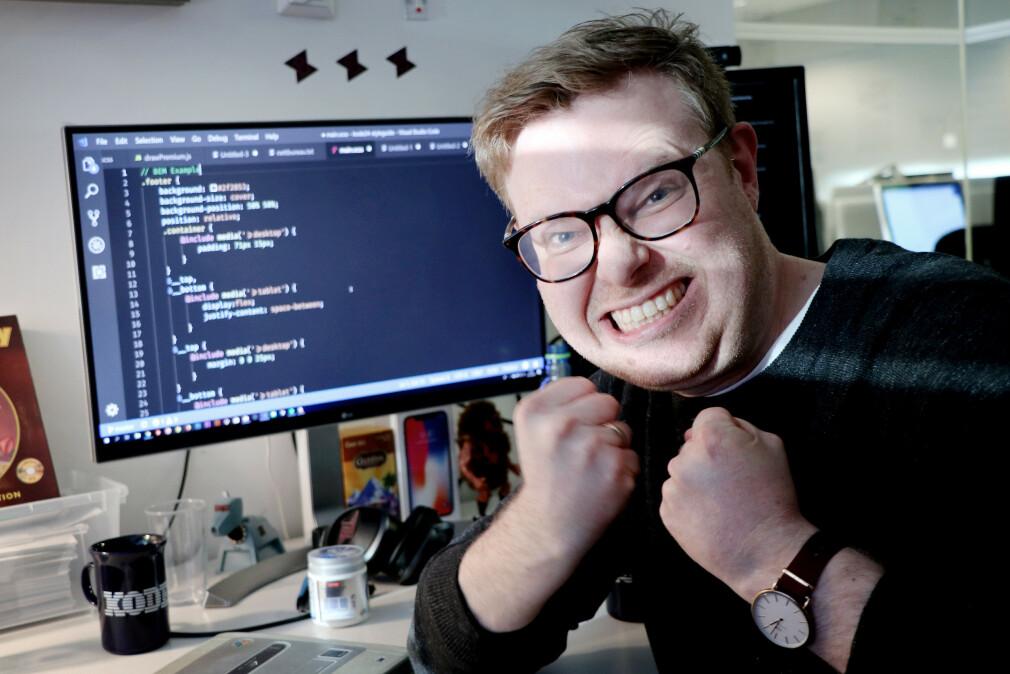"""""""Har jeg egentlig lov til å kalle meg en fullstack-utvikler om jeg ikke forstår bæret av hvordan den moderne webben egentlig driftes?"""" spør faredaktør i kode24 Jørgen Jacobsen. 📸: Ole Petter Baugerød Stokke"""