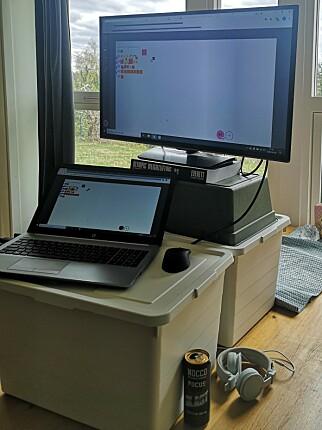 """""""Med ett köksbord som skrivbord försöker jag komma på kreativa lösningar. Vissa är bättre än andra..."""" 📸: Privat"""