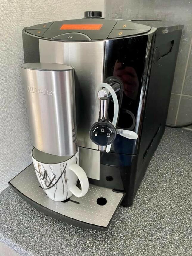 """""""Miele fikser kaffen på hjemmekontoret. Java hele kaffebønner brukes selvfølgelig til koding."""" 📸:  Daniel Bjørnbakk"""