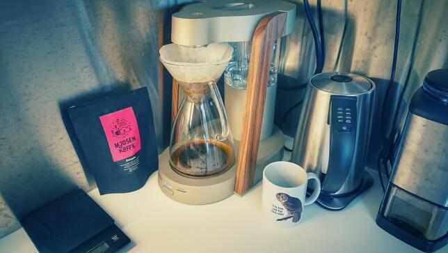 """""""Her går det i Mjøsen kaffe for tida. Brygges på en Ratio Eight. Kverner opp bønner selv (selvsagt), men slipper å drive å stå og selv drive å helle over vann. Ganske digg egentlig. Er ikke sånn 100% fornøyd med den bloomingen den skal gjøre, men, æh, close enough! Det går skammelig mye kaffe i løpet av en arbeidsdag."""" 📸: Rune Flobakk"""
