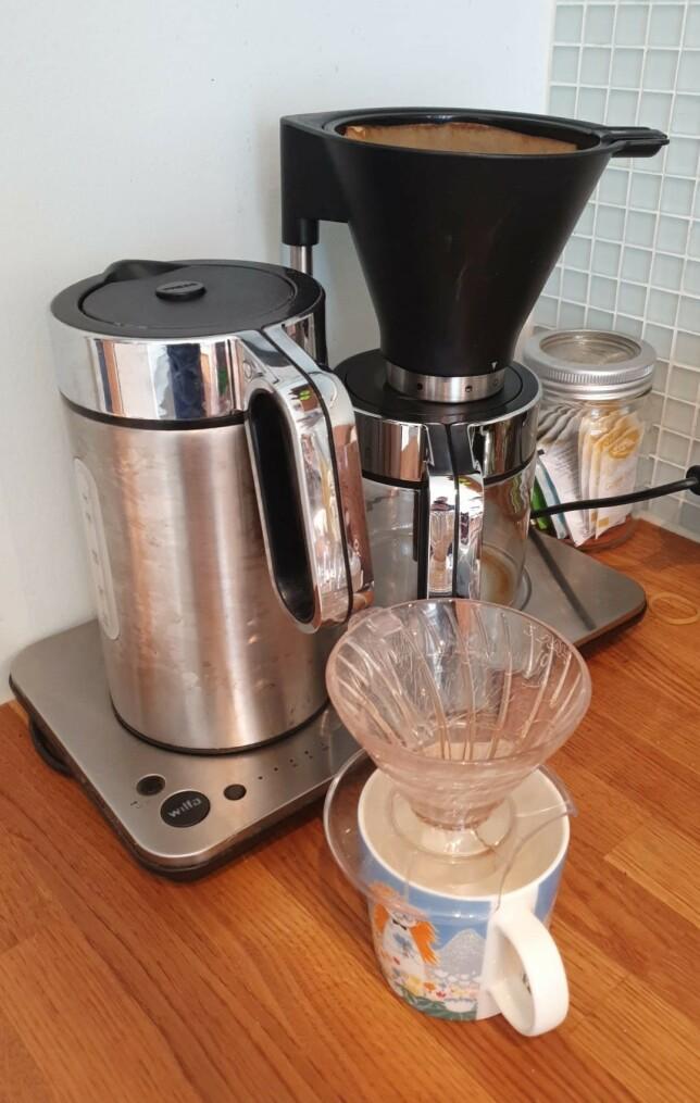 """""""V60 og en Wilfa av noe slag. Jeg drikker mer kaffe enn kona, så V60-en brukes mest."""" 📸:  Tobias Vidarssønn Langhoff"""