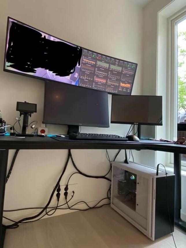"""Einar Otto Stangvik: """"Kastet meg på Ryzen-bølgen sist sommer, med 3900x, vannkjølt og neonbelyst som en annen 14-åring, men på sin plass etter å ha sverget til laptop-only i noen år.   Ble så fornøyd med bang for the buck med AMD, at jeg satte en boks med 3700x i kjelleren, som kjører k3s, Gitlab og annet for lokal utvikling og hosting. Utvidet i starten av hjemmekontortiden med bredskjerm for Grafana og annen oversikt for hele utviklingsrigget.   Hele skjerm-rælet stråler nå så mye varme at kontoret knapt kan brukes med klær på - men fint med overblikk. 🤷🏼"""""""