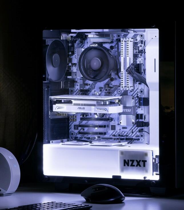 "Mikkel Svartveit: ""AMD-maskin jeg bygde selv for rundt tre år siden. Ryzen 5 1600, 16GB RAM og Radeon RX 460. Dual-booter Windows og Ubuntu på to separate SSD-er. Den står i dag koblet til to skjermer, en på 25"" og den andre 24""."""