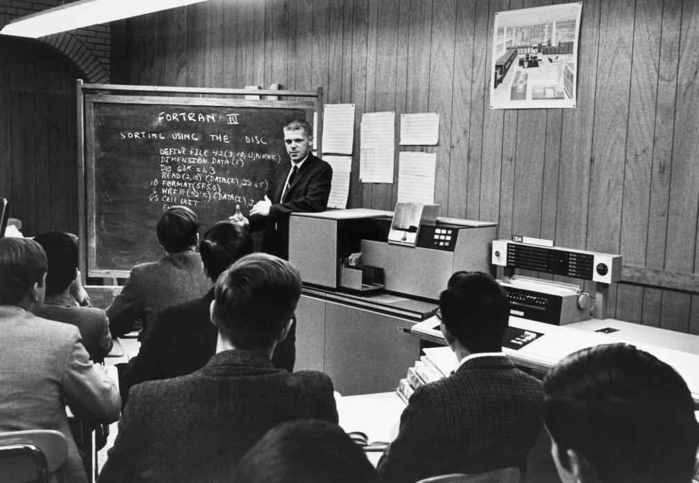 En instruktør ved Boston Latin School lærer bort FORTRAN 4-programmering med en IBM 1130-datamaskin i 1968. To år senere ble Per-Arne Rindalsholt introdusert til det samme språket, i millitæret. 📸: Underwood Archives / NTB Scanpix