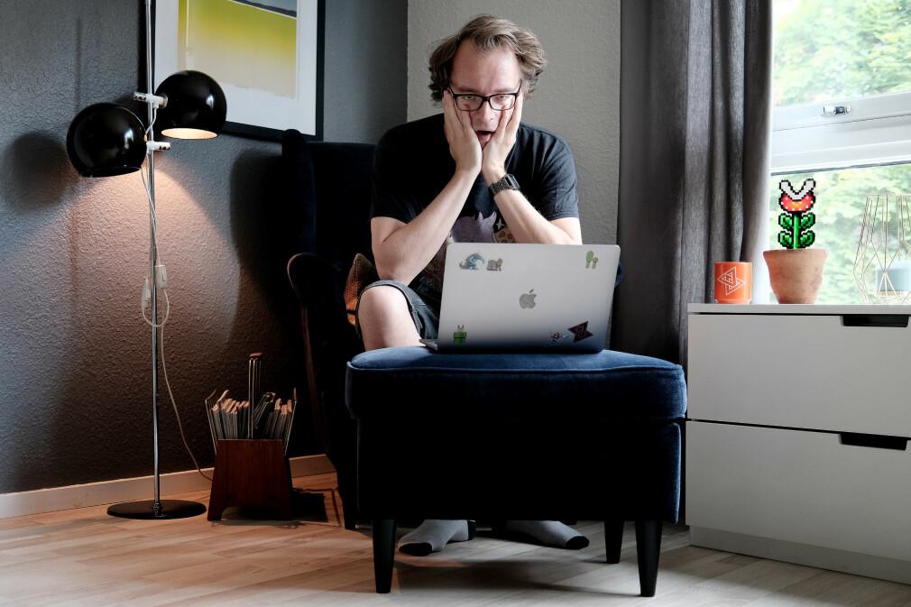 Her har jeg plassert kameraet på stuebordet og brukt selvutløser for å ta et bilde som skal illustrere at jeg er lei av å være hjemme, blant annet fordi her hjemme må jeg plassere kameraet på stuebordet og bruke selvutløser om jeg trenger et bilde av meg selv som skal illustrere at jeg er lei av å være hjemme. 📸: Ole Petter Baugerød Stokke