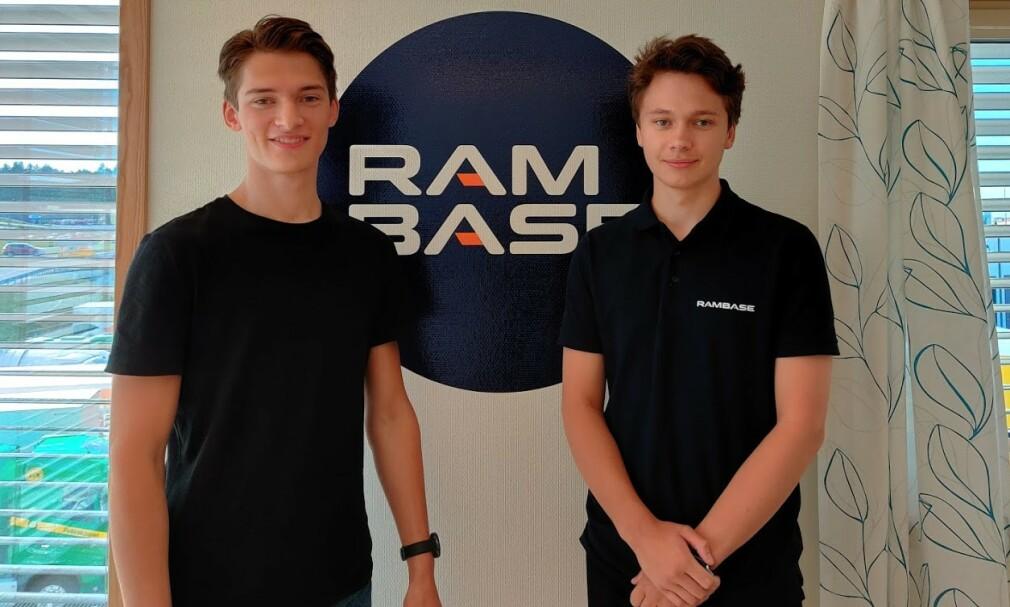 Denne gangen møter vi Jens Andreas Thuestad (20) og Øyvind Grutle (20); studenter på datateknologi ved Universitetet i Bergen, med sommerjobb hos RamBase i Haugesund. 📸: Privat
