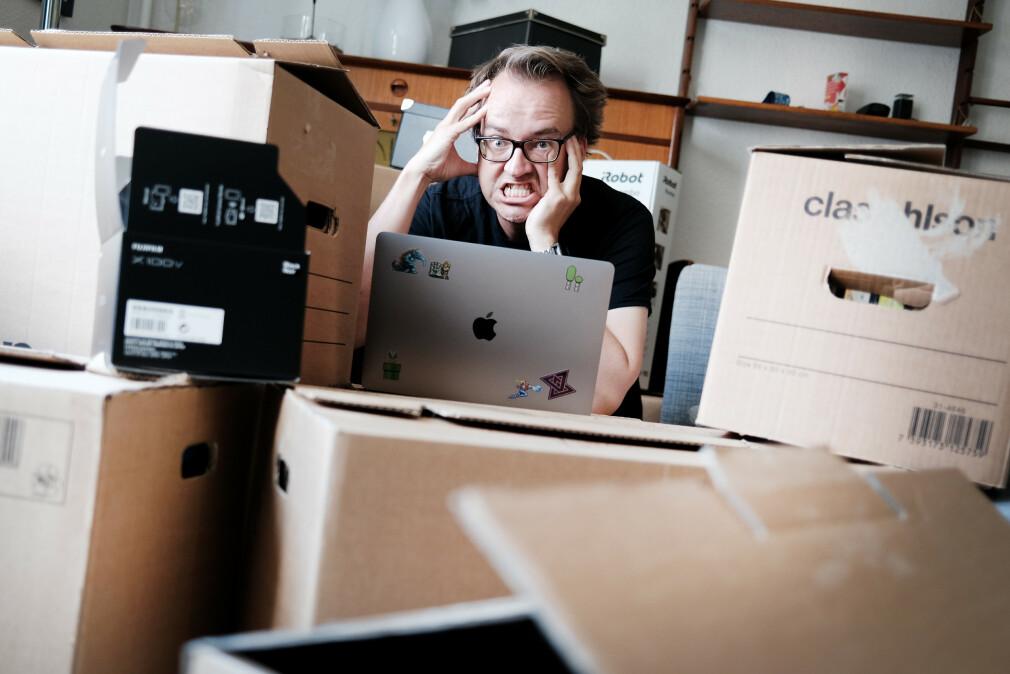 Alle disse pappeskene symboliserer uferdige hobbyprosjekter. Og stua mi er Github-kontoen min. Jeg blir gal. 📸: Ole Petter Baugerød Stokke