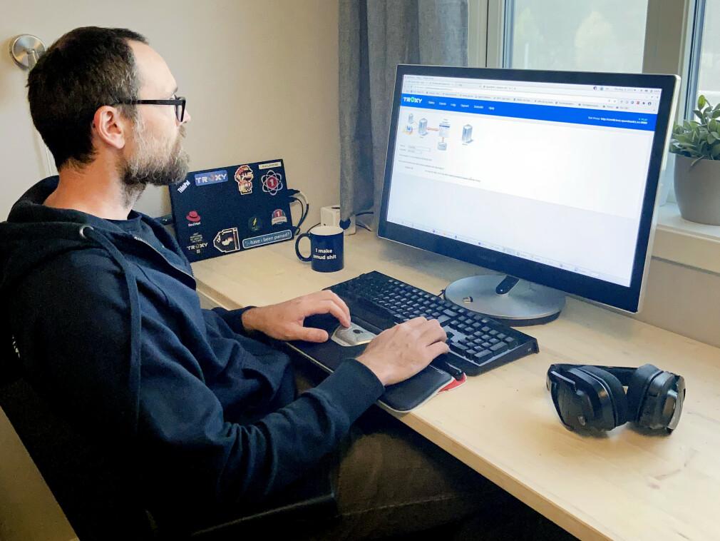Robert Hammarstrøm jobber mye med testing av Sparebank 1 sine systemer, blant annet i deres egetutvikla verktøy Troxy. 📸: Privat