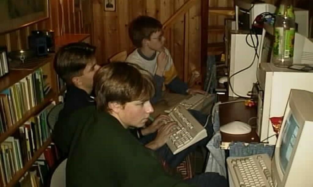 Andre spilte og hadde det gøy på datapartyer, jeg var for opptatt med å lage noe smart. Her fra et dataparty i 1999 i kjellerstua til redaktør Ole Petter Baugerød Stokke. Jeg sitter bakerst. 📸: Ole Petter Baugerød Stokke