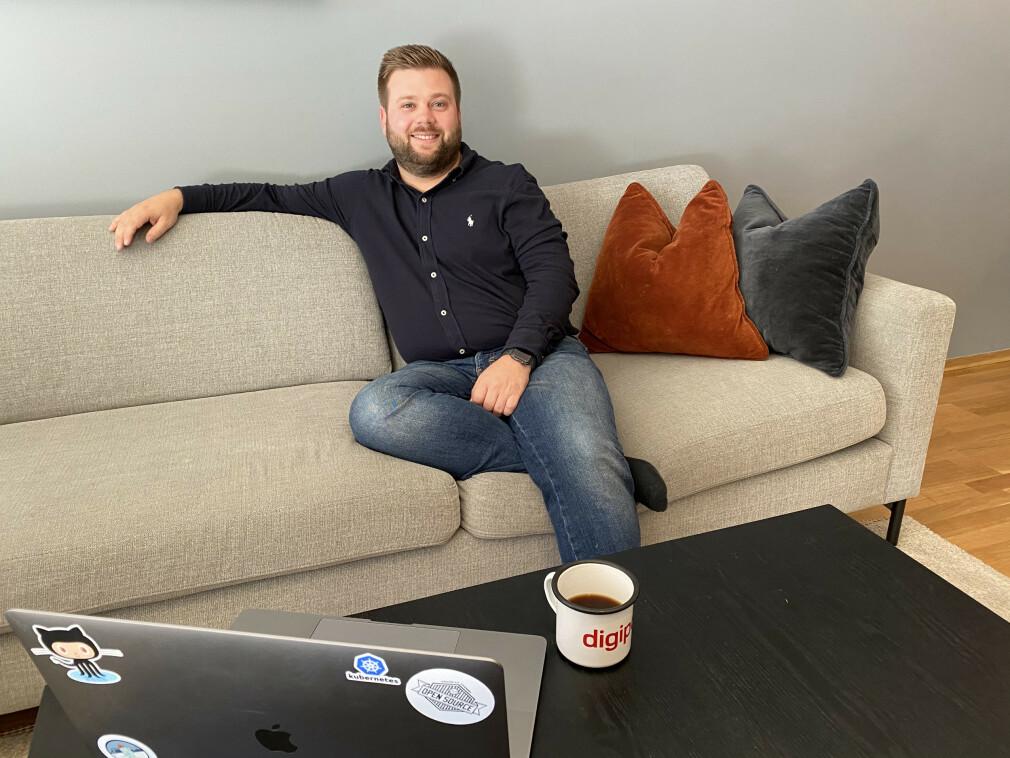 På sofakontoret til Even Holthe i Bekk kan du se flere ting han liker akkurat nå; open source, Digipost og Kubernetes, for eksempel. 📸: Privat