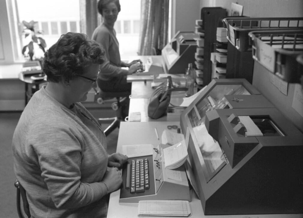 """""""Oslo, mai 1969. Den Norske Bokklubben sender hver måned ut vel 80.000 bøker. Fra en beskjeden start i 1961 har klubben nå vel 100.000 medlemmer. Her fra dataavdelingen, hvor de benytter hullkort for holde rede på alle medlemmene"""" skriver NTB Scanpix. 📸: Per Ervik / Aktuell / SCANPIX"""