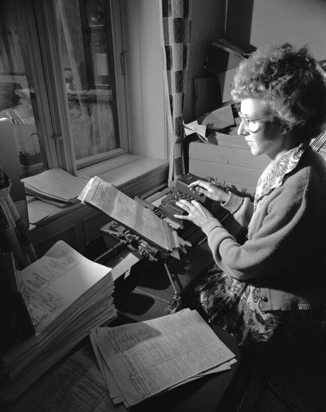 """""""Oslo, 1953. Norsk Gallup Institutt foretar meningsmålinger og overfører svar-skjemaene til hullkort. Her behandler Aase Nilsen opplysningene ved punche dem inn på hullkortene"""" skriver NTB Scanpix. 📸: Aktuell / NTB Scanpix"""
