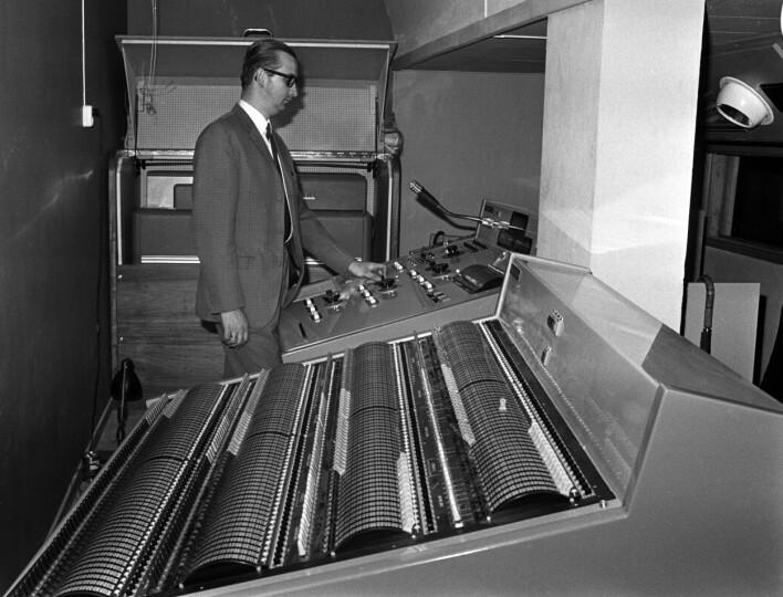 """""""Oslo, 1968. Den Norske Opera har brukt sommerferien til å installere nytt scenelys. Når lyset er satt til en forestilling, blir opplysninger om lysstyrke og farge kodet inn på hullkort på en IBM-datamaskin som er bygget om for å styre lysanlegget på teateret. Her overlysmester Edgar Schwuchow ved kontrollpulten for det nye data-styrte lysanlegget"""" skriver NTB Scanpix. 📸: NTB Scanpix"""