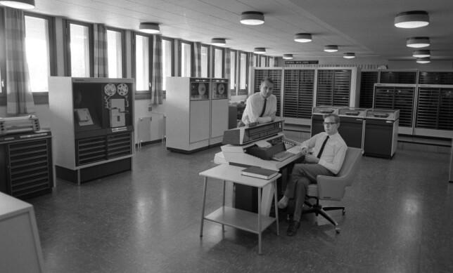 """""""Oslo, 1967. En datamaskin på Universitetet i Oslo skal sørge for at tidenes kjappeste valgresultat for kommunevalget foreligger, og kan presenteres på TV-skjermene i de tusen hjem. Datamaskinen, en Controll Data 3300 produsert i Minneapolis, kom til Oslo med eget fly, kostet 5,1 millioner i innkjøp og en kvart million årlig i drift. Beregnet levetid som hovedmaskin for Univeristetet: fem år. I Norge finnes det fem slike datamaskiner i 1967, og ca 140 datamaskiner totalt. Her datamaskinen, som fyller et helt rom. Personene på bildet er trolig daglig leder Per Ofstad og programmerer for valg-opplegget Arvid Amundsen"""" skriver NTB Scanpix. 📸: Ivar Aaserud / Aktuell / NTB Scanpix"""