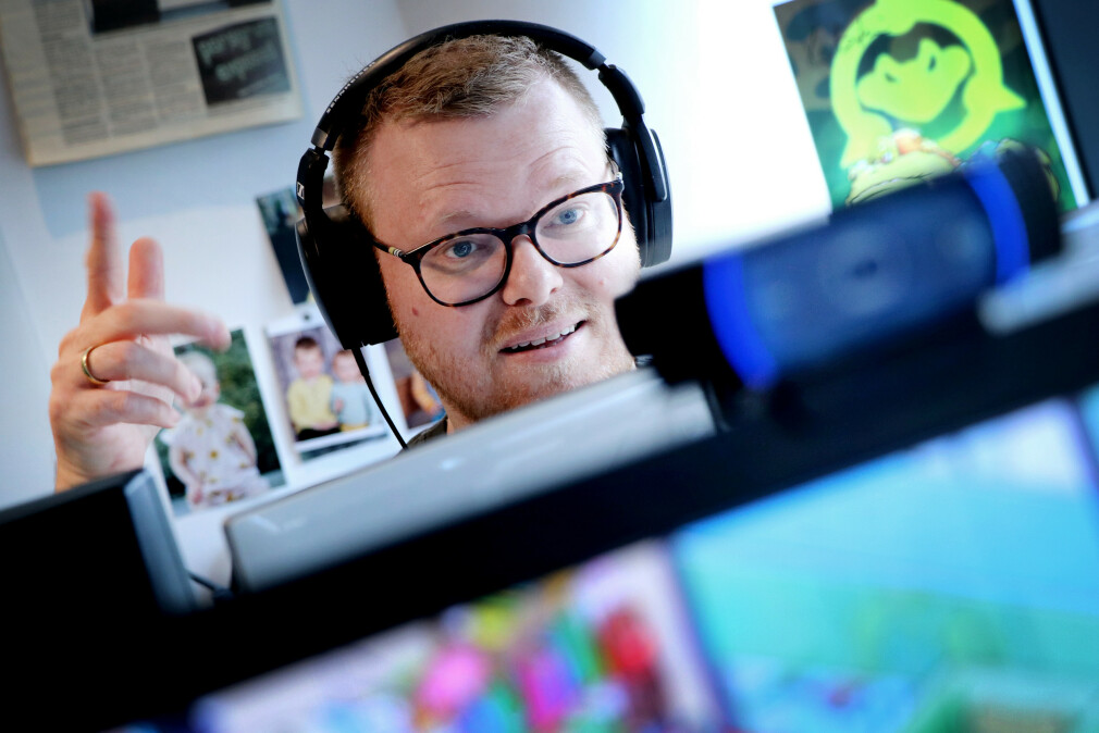 kode24s fagredaktør Jørgen Jacobsen skravler og gestikulerer på live-innspilling av podcasten kode24-timen. 📸: Ole Petter Baugerød Stokke
