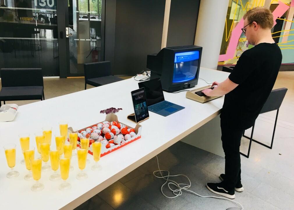 Fagredaktør Jørgen Jacbosen gjør klar Commodore 64-en for kode24s lanseringsfest på Aller-huset, for nøyaktig to år siden. 📸: Ole Petter Baugerød Stokke