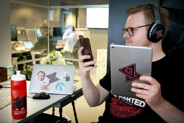 Jørgen var rimelig fornøyd da vi endelig fikk kode24-klistremerker. De har vært med oss siden, og denne uka har vi sendt dem ut til både Patreon-støttespillere og Kodeløkka-vinnere. 📸: Ole Petter Baugerød Stokke