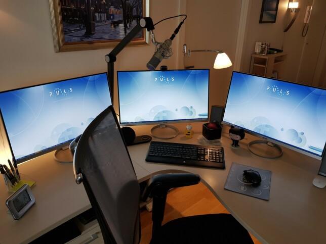 """""""Har byttet ut headsettet med studio-mic 🎤, og kjøpt to private 27""""-ere til, slik at jeg har tre identiske skjermer med 2560x1440-oppløsning."""" 📸: Eivind Gussiås Løkseth"""