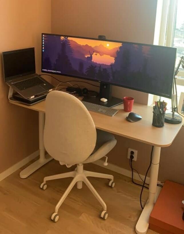 """""""Selv byttet jeg ut et stykk 27"""" 4k skjerm mot en ultra wide 49"""" for å få mer plass i bredden å arbeide på."""" 📸: Nikolai Thomassen"""
