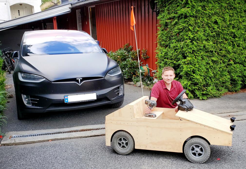 Arne-Morten Danielsen foran en elektrisk bil Elon Musk har laga, og bak en elektrisk olabil han selv har laga. 📸: Privat