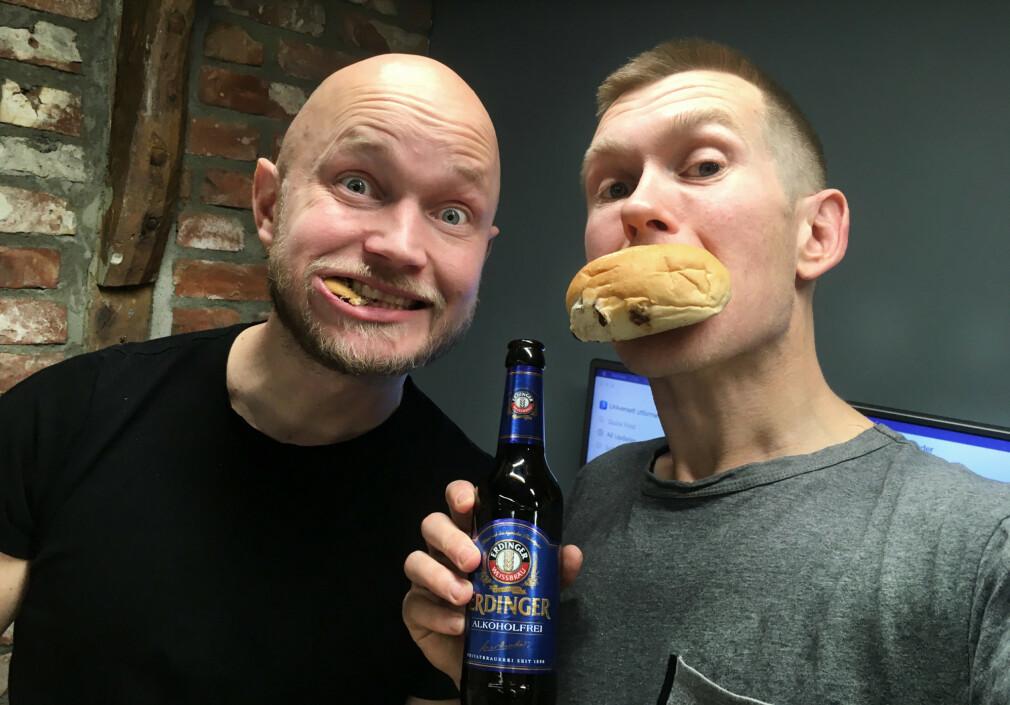 Erling Hamsø og Anders Ekkje Slettebø spiser boller og prater om universell utforming på podcasten Ubrukelig. Denne uka snakker Slettebø om samme tema på kode24-timen, også. 📸: Privat