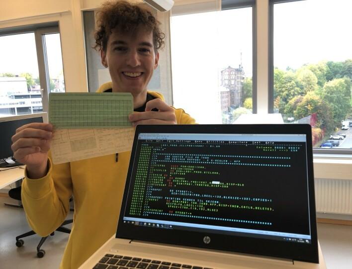 Utvikler Eirik Sletteberg med hullkort-typen som ble brukt til å kode DSF. 📸: Privat