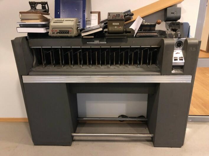 IBM-maskin som ble brukt til å sortere hullkort til programmering av blant annet DSF. Fra NAV sitt teknologimuseum. 📸: Privat