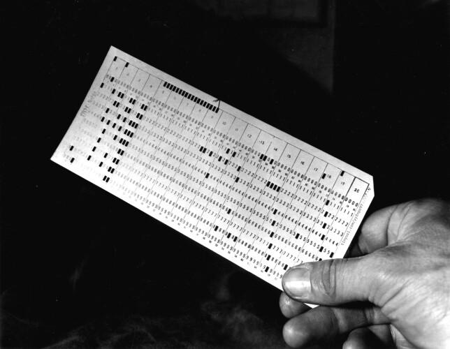 OSLO 1953: Norsk Gallup Institutt foretar meningsmålinger og overfører svar-skjemaene til hullkort, den tidlige utgaven av databehandling. Her ett av hullkortene. Foto: Aktuell / Scanpix