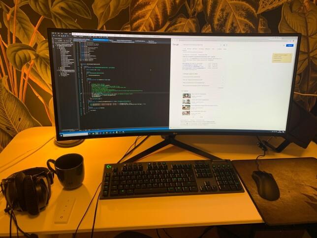 """Vegard Guttormsen: """"LG 34N850 er det jeg bruker. Kurvet skjerm er smak og behag, det er bra med side by side greier, og hvis man setter opp programmer slik at hovedinnholdet er i senter. Alt i alt koselig hjemmekontor!"""""""
