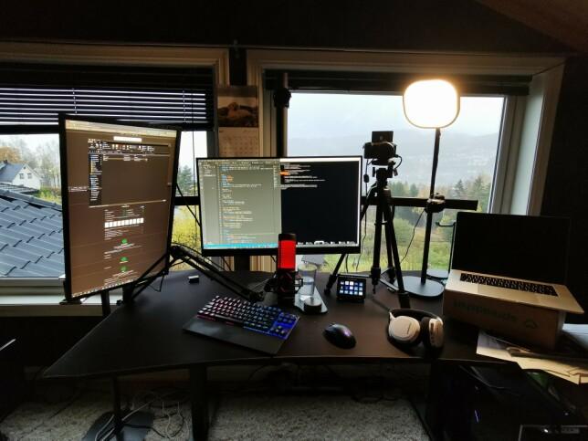 """Simen Aas Henriksen: """"Kjører 3x 27"""" 144-165Hz skjermer, montert på iiglo mount fra Komplett. Gir meg mye arbeidsrom, både til utvikling og hjemmestudiosendinger til TV 2 Sumo  (Har tatt ned den ene skjermen da jeg mangler den korrekte tripoden til kameraet, men den pleier å være vertikal som venstre skjerm.)"""""""