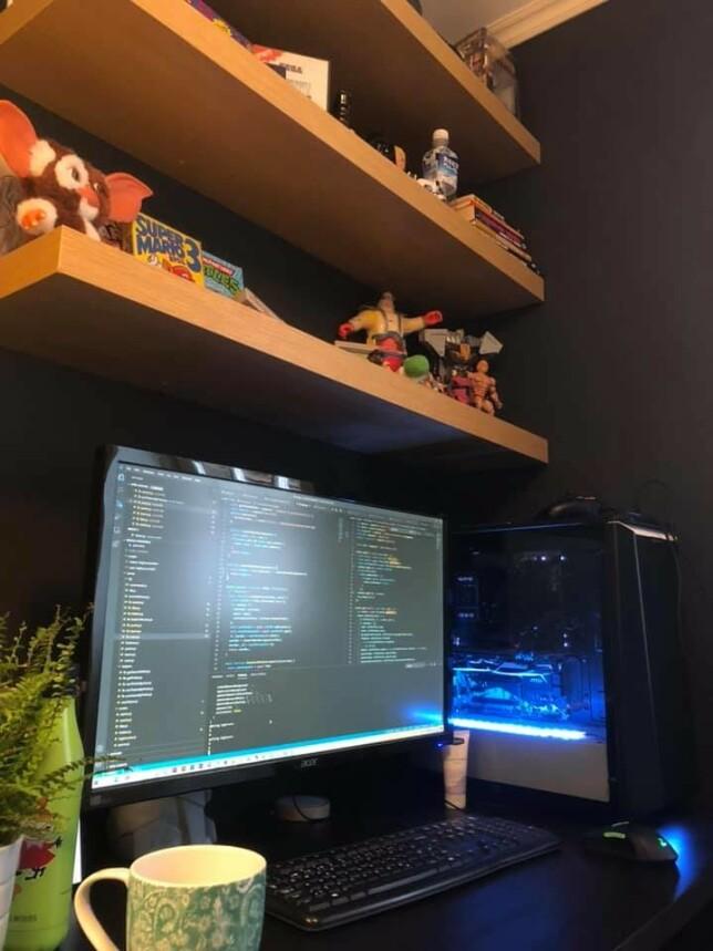 """Jørgen Jacobsen: """"Jeg bruker en litt gammel Acer UHD 4K-skjerm, montert på et billig iiglo-skjermstativ. Funker helt greit synes jeg. 4K i Windows har virkelig kommet seg. Fra Macbooken klarer jeg ikke å få valgt over 30fps med skjermen av en eller annen grunn"""""""