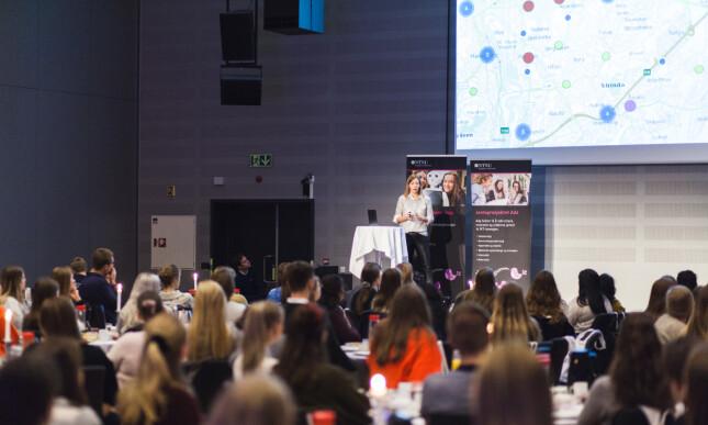 """Astrid Undheim presenterer for Telenor på """"Jenter i AI""""-arrangementet til BRAIN NTNU i 2019. 📸: Privat"""
