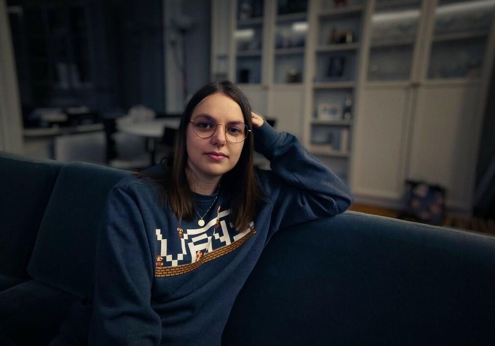 Linn Haviken jobber som IOS-utvikler i Shortcut, for tida fra sofaen. 📸: Privat