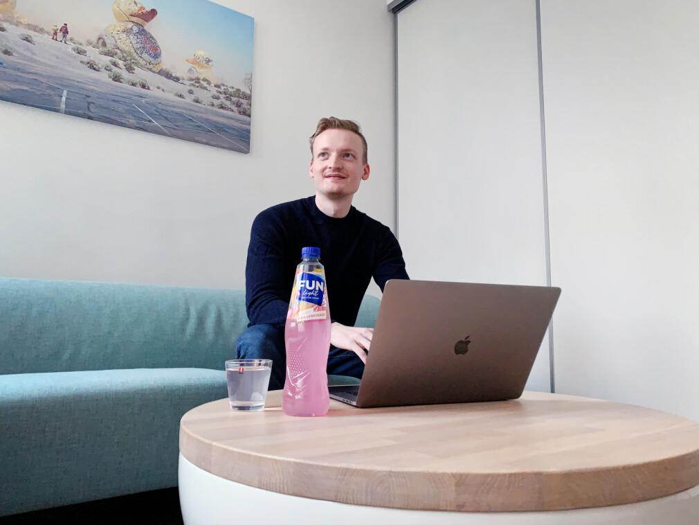 """Pontus Edvard Aurdal jobber vanligvis med IoT i Telenor, men på kveldene er han over snittet opptatt av saft. - Jeg rakk ikke å eksponere meg til FJB-markedet, så det fikk bli en """"Sassy Pink Lemonade"""", forteller han om bildet uten Julebrus-saft. 📸: Privat"""