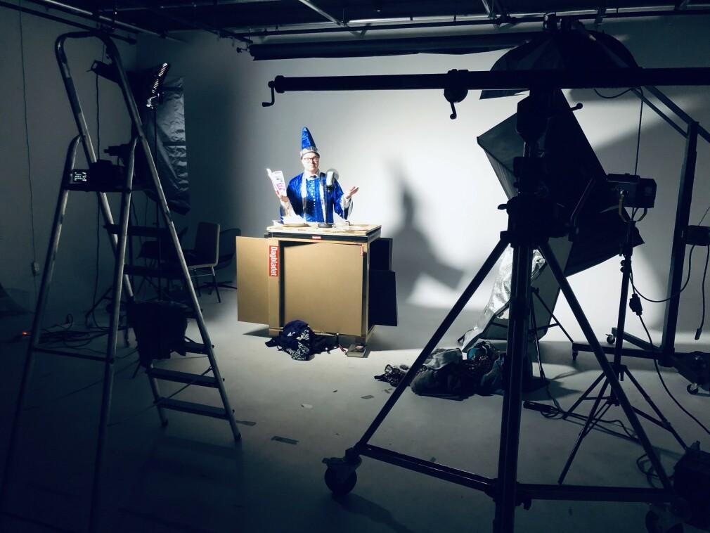 Vi gjør ting sjælv i kode24-timen. Tar promobilder, for eksempel, som coverbildet vårt med Jørgen i trollmann-kostyme og meg med pipe. 📸: Ole Petter Baugerød Stokke