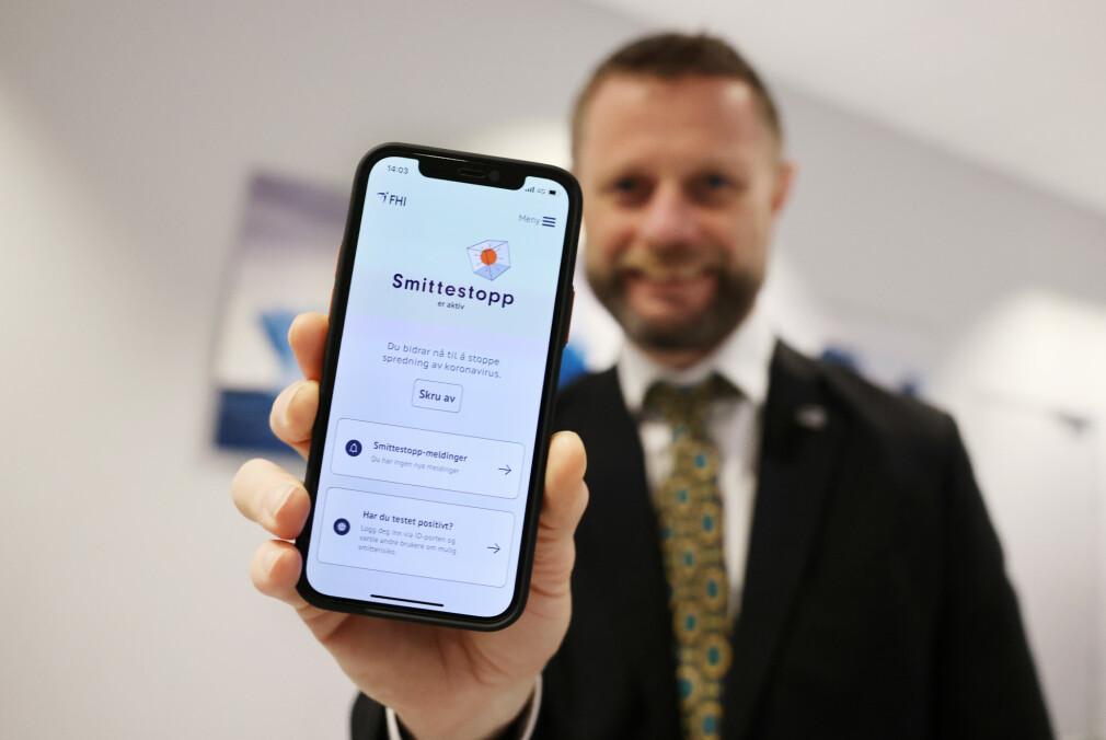 Helse- og omsorgsminister Bent Høie (H) med den nye Smittestopp-appen. 📸: Ørn E. Borgen / NTB Scanpix