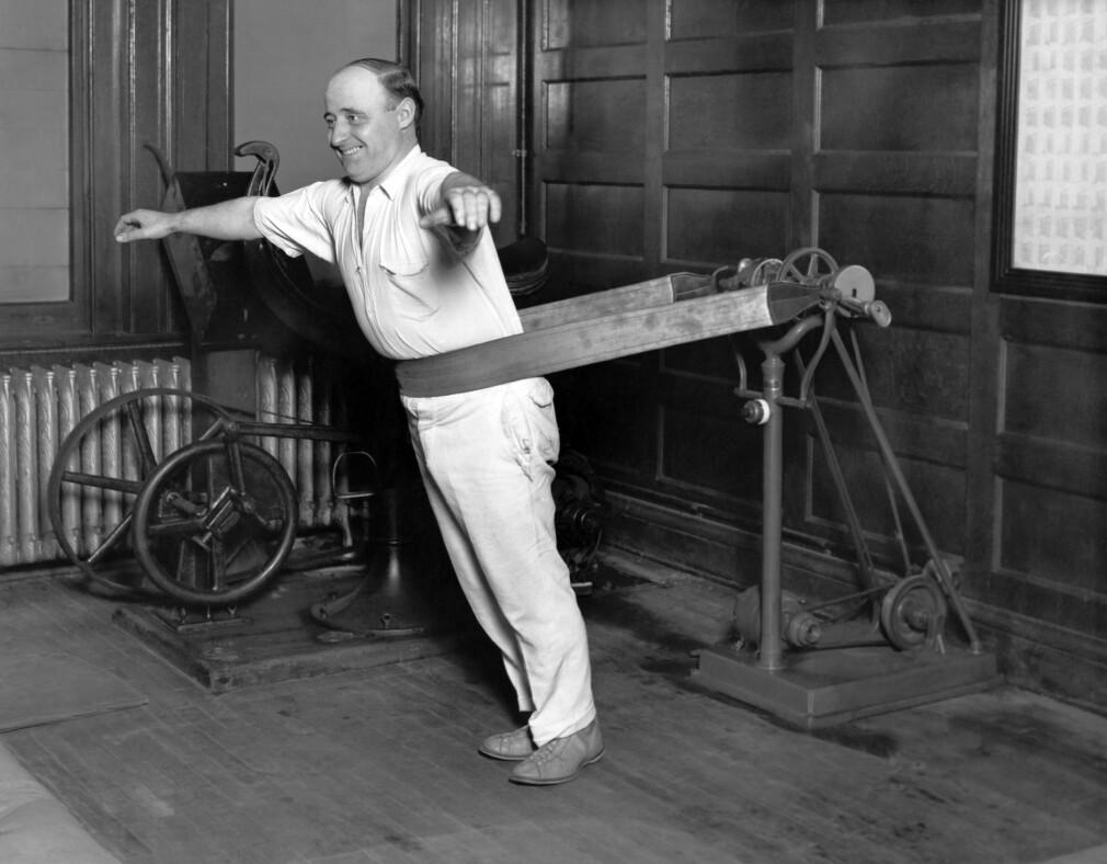 En kar prøver å gå ned i vekt på Chicago Athletic Club i 1927, trolig som resultat av et nyttårsforsett. 📸: Underwood Archives/UIG/REX/NTB Scanpix