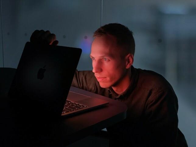 CTO Håvard Fossli i Agens titter inn i det nye året, Craig Federighi-stil. Det ser... lyst ut? 📸: Privat