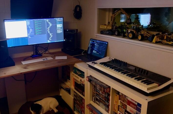 Kenneth Leine Schulstad lager musikk på fritida. Også har han en hund, om du ser nøye etter. Også drømmer han om gravemaskiner, også. 📸: Privat