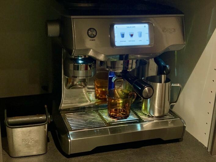 Kenneth Leine Schulstad trives på hjemmekontoret - blant annet på grunn av kaffen. 📸: Privat