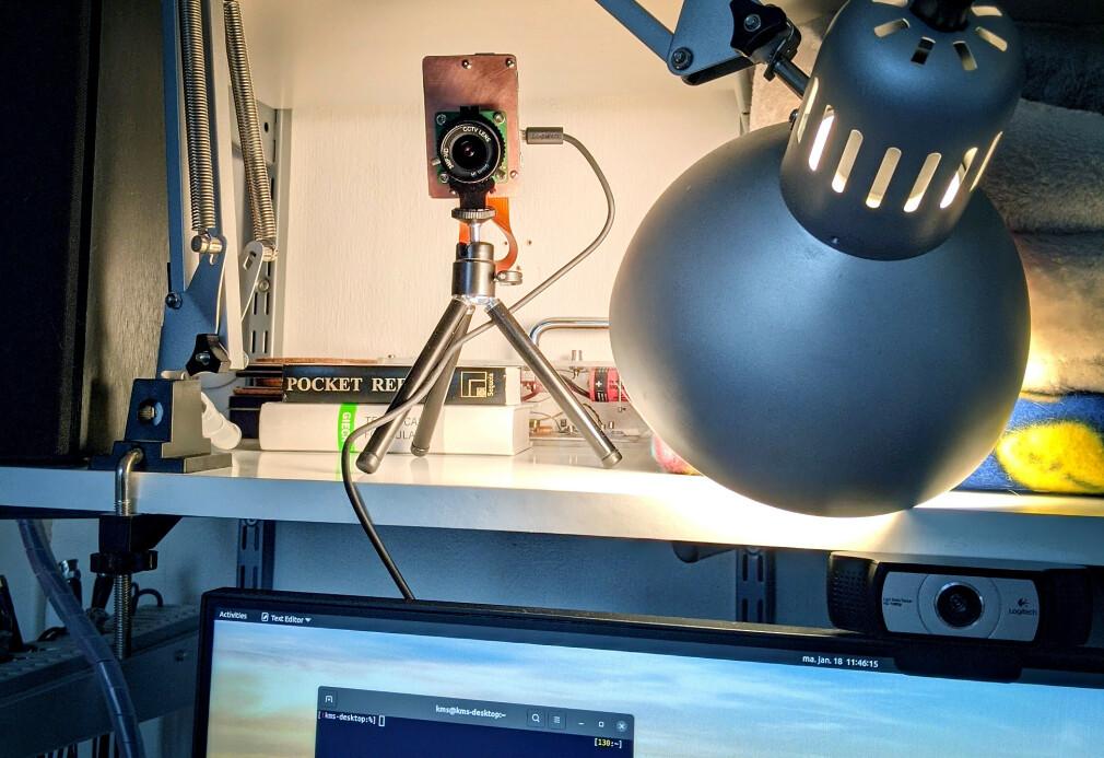 Her ser du webkameraet til Karl-Martin Skontorp, som består av en kameramodul kobla til en Raspberry Pi. Han er ikke alene om å ha en Reodor Felgen-aktig kameraløsning blant norske utviklere. 📸: Privat