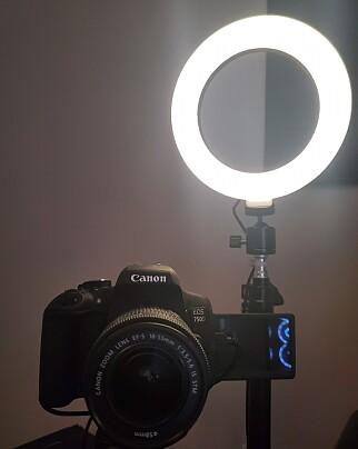 Martin Sælebakke har kobla på et Canon-speilrefleks-kamera, og kjøpt seg et billig ringlys. 📸: Privat