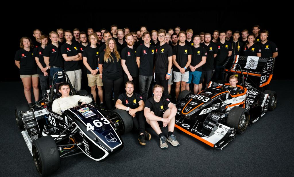 Mange er involvert i teamet som bygger selvkjørende biler hos Revolve. Her er teamet som bygger den selvkjørende bilen og bilen med fører samlet. 📸:Revolve