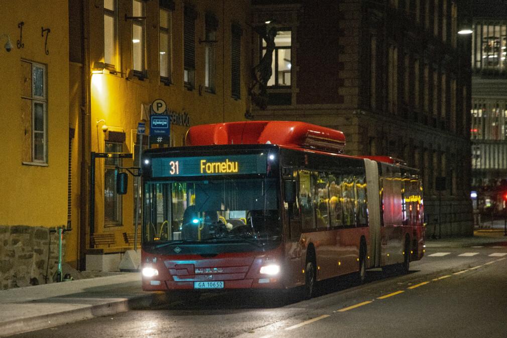 31-bussen på til Fornebu gjennom Oslo - to av stedene med den aller høyeste snittlønna for utviklere i Norge. 📸: Terje Bendiksby / NTB
