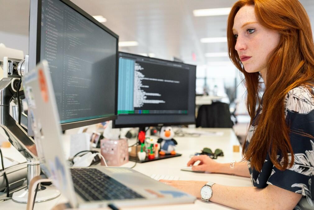 Hvilken tittel du har som utvikler kan ha mye å si på hvor mye du tjener, viser tallene til kode24. 📸: ThisisEngineering RAEng / Unsplash