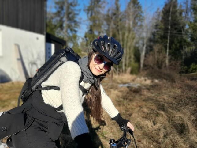 Ann-Karin Kihle sykler til ferja, som tar henne til jobben i Oslo. 📸: Privat