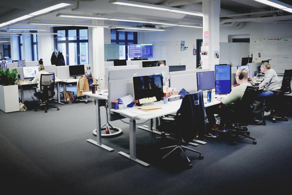 Husker du at utviklere faktisk satt sånn her å jobba? Her fra Finn sine kontorer i Oslo sentrum like før koronaen tok av her til lands, og noen allerede hadde kommet seg på hjemmekontor. 📸: Ole Petter Baugerød Stokke