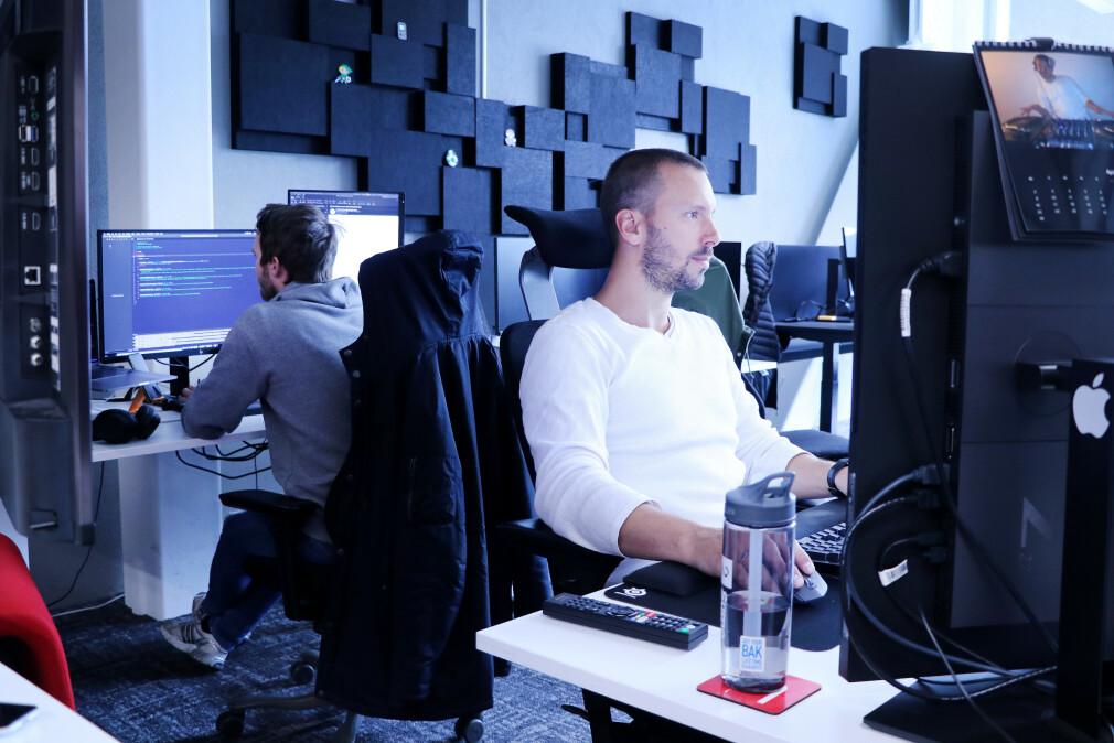 Om du jobber som backend-, fullstack- eller frontend-utvikler kan ha mye å si på lønna di, viser tall fra kode24. Her fra TV 2 Sumo sin utviklingsavdeling i Bergen, lenge før korona. 📸: Ole Petter Baugerød Stokke