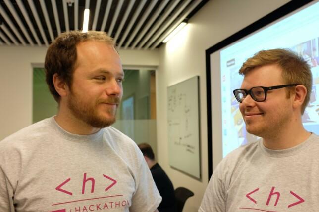 En viktig ingrediens i et klassisk hackathon er hjemmelagde t-skjorter med hackathon-et sin logo på. 📸: Privat